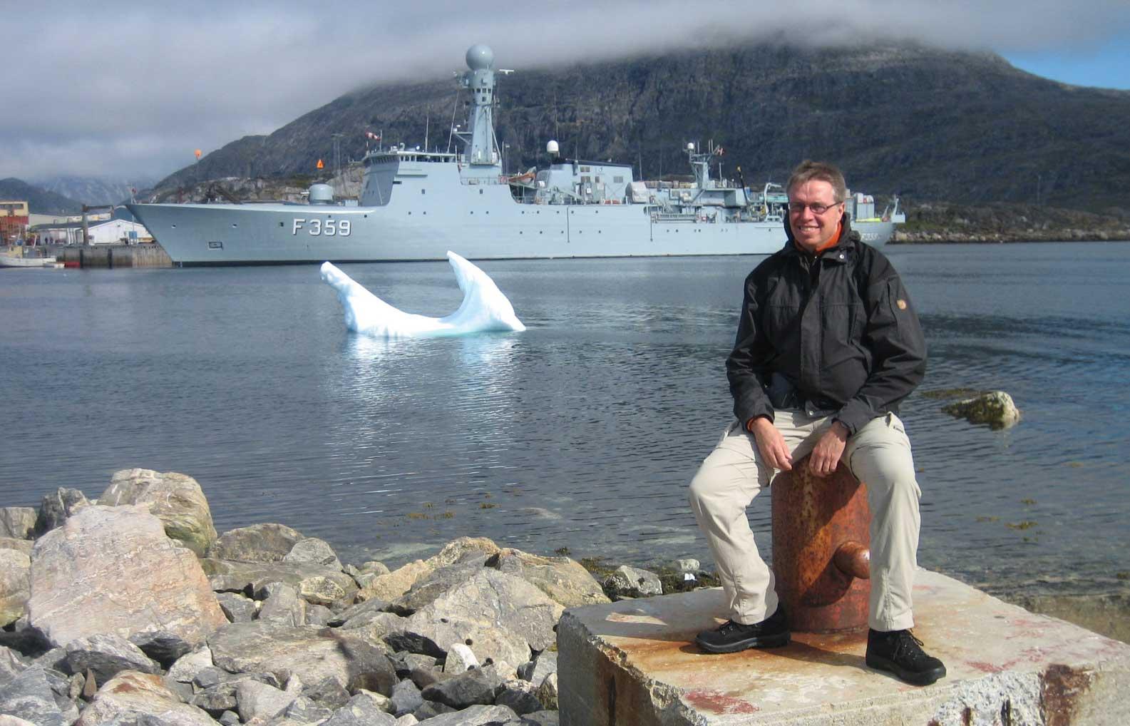 I Nanortalik med ekspeditionsskibet Vædderen som baggrund